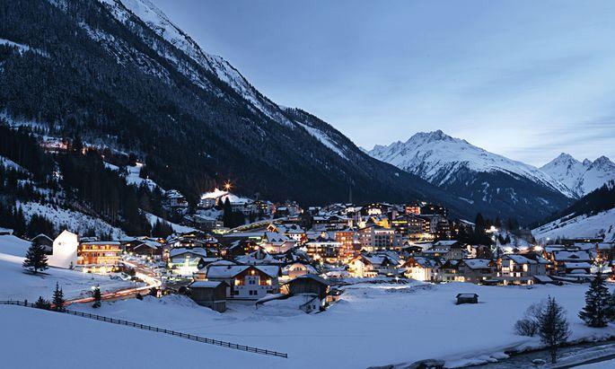"""Austria, Der Tiroler Skiort Ischgl möchte """"zurück zum geordneten Après-Ski"""". Vom nächtlichen Skischuhverbot erhofft man sich einen """"Qualitätssprung"""". Tyrol, view on Ischgl in winter at dusk"""