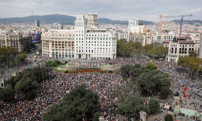 Demonstranten versammelten sich am Montag auf der Plaza de Cataluya in Barcelona.