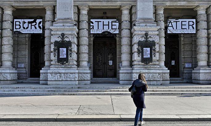 Startschuss ist vor dem Burgtheater.