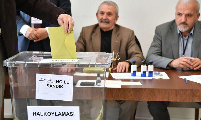 Abstimmung in einem Wahllokal in Salzburg.