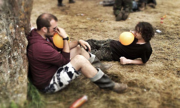 Archivbild: Lachgas-Konsumenten beim Glastonbury-Festival 2014 in England.