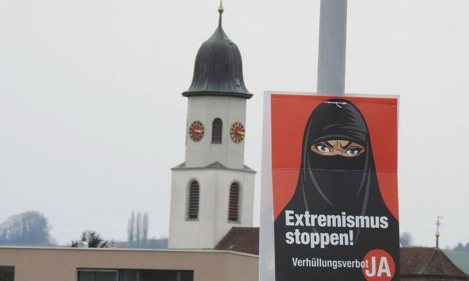 """Plakat mit der Aufschrift """"Extremismus stoppen"""" und: """"Ja zum Verhüllungsverbot"""""""