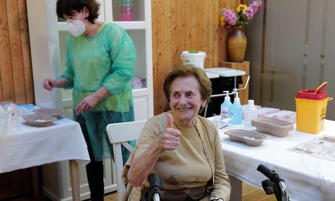 Eine ältere Dame in Kärnten beim Impfen.