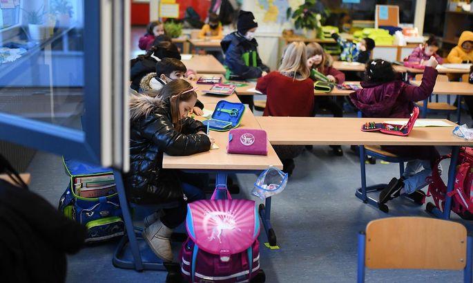 Symboldbild: Eine Rückkehr in die Schule wird es nur mit Masken geben.