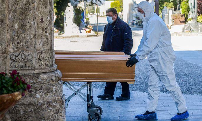 Kein Platz mehr für Särge: In und um Bergamo hat die Coronapandemie bereits Hunderte Opfer gefordert.