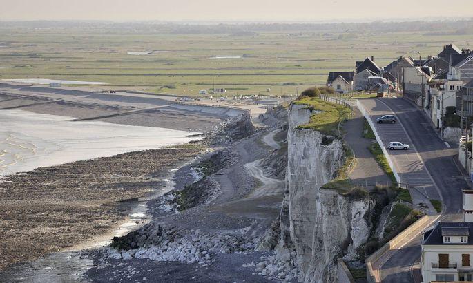 Kleines französisches Dorf über der Somme Bucht
