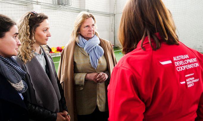 Archivbild: Außenministerin Karin Kneissl zu Besuch bei einem Projekt der Autrian Development Agency im Kosovo.