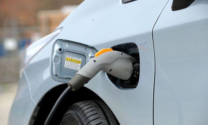 Bald mehr Anschluss erhoffensich die deutschen Autobauer bei Elektroautos.