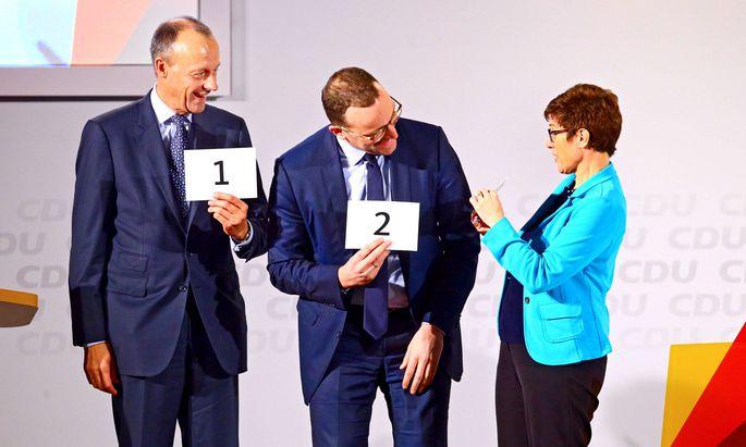 Friedrich Merz, Jens Spahn und Annegret Kramp-Karrenbauer losen die Reihenfolge der Vorstellungsrunden aus. Wer dann tatsächlich Platz eins belegen wird, entscheidet sich am CDU-Parteitag kommende Woche.