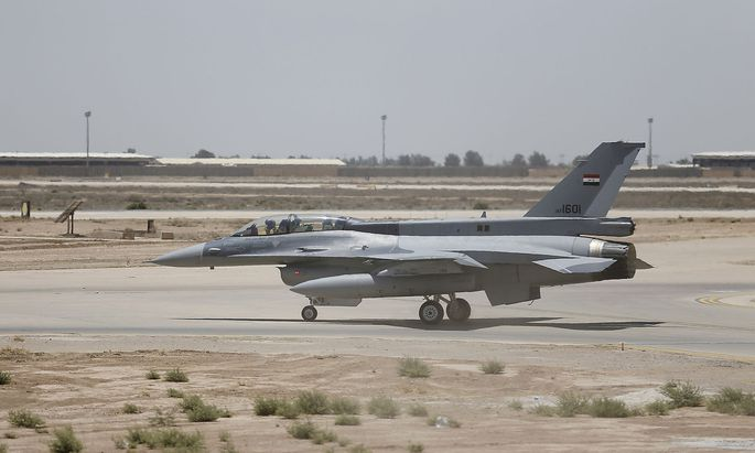 FILE PHOTO: A U.S. F-16 fighter jet on the tarmac of a military base in Balad in Iraq