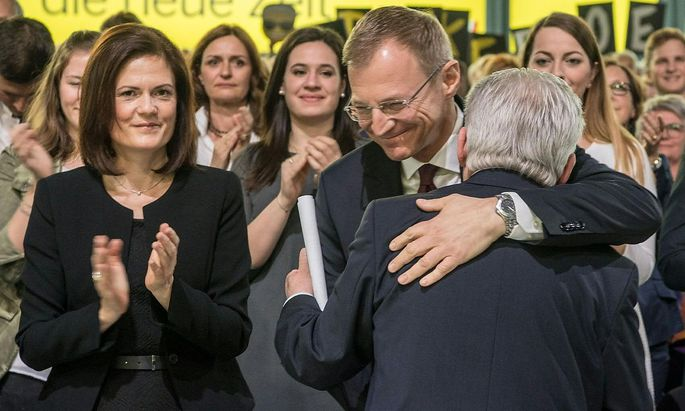 Thomas Stelzer umarmt seinen Mentor und Vorgänger als ÖVP-Landeschef Josef Pühringer.