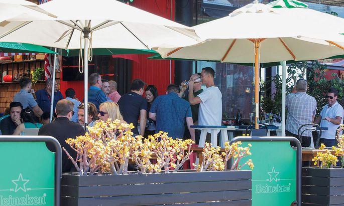 Bei uns kaum denkbar: Menschen in Neuseeland in einem Terrassenlokal.