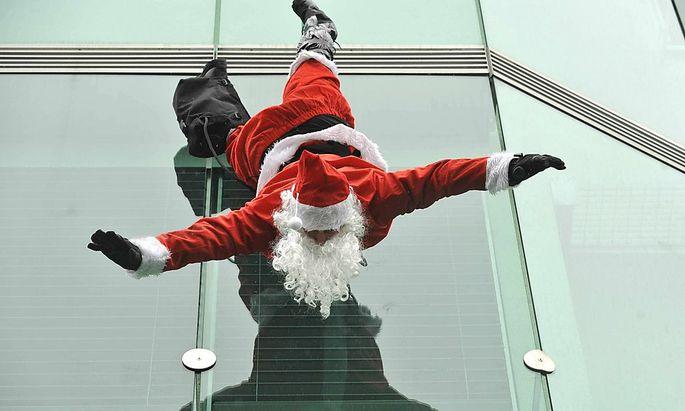 Der Weihnachtsmann hängt zu 100 Prozent kopfüber