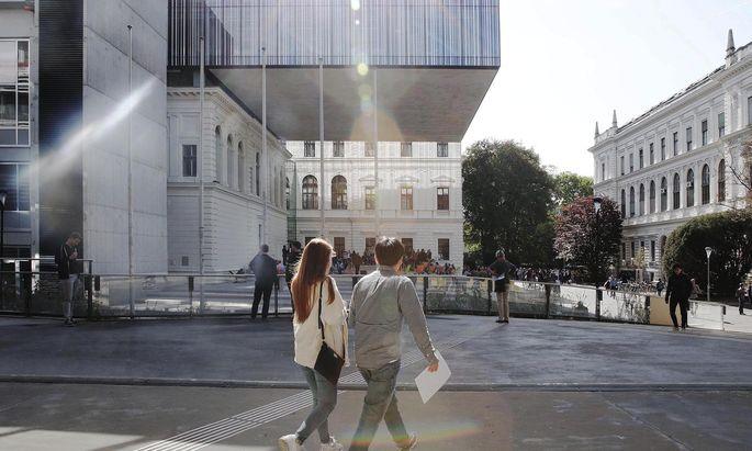 """Radikal bereinigt: die Bibliothek der Grazer Karl-Franzens-Universität mit """"fliegendem Teppich"""" – den zweigeschoßigen . . ."""
