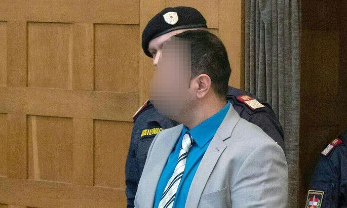 Der Angeklagte am Montag vor Prozessbeginn.