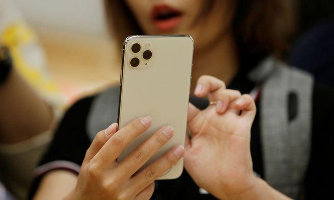 Erchivbild: Eine Frau mit einem iPhone 11 Pro Max von Apple.