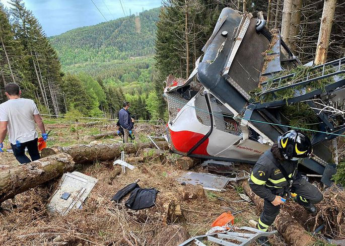 News Bilder des Tages (210523) -- PIEDMONT, May 23, 2021 -- Rescuers work by the wreckage of a cable car after it falls