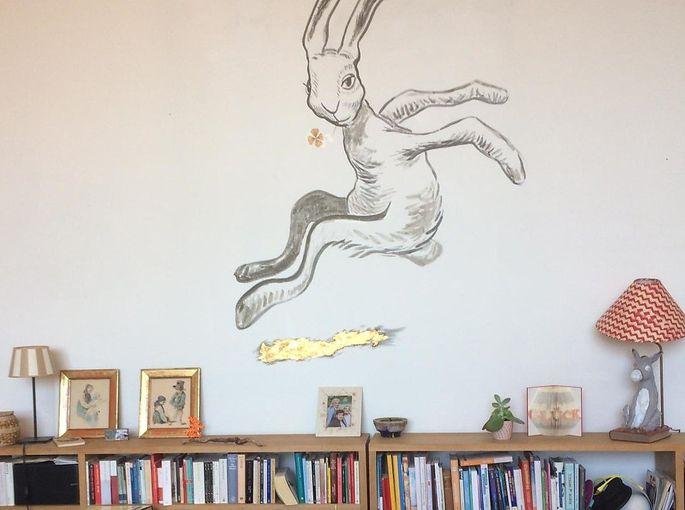 Wohnzimmer mit Sofa und Hase von Manfred Veigl.
