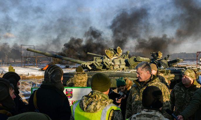 Der Präsident auf Truppenbesuch: Petro Poroschenko traf am Mittwoch ukrainische Soldaten in der Region Chernihiv.