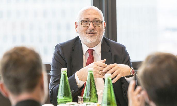 ÖBB-Chef Andreas Matthä schmerzt der Erfolg von Flixbus. Aber der Frachtkonkurrenz im Ausland fährt er davon.
