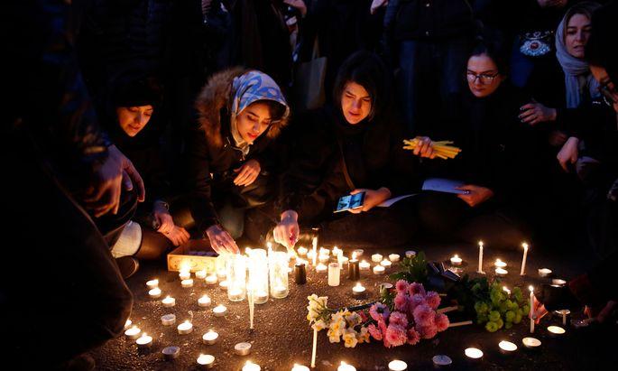 Menschen in Teheran gedenken der Opfer des Flugzeugabschusses. Unter die Trauer mischte sich Wut über den Vertuschungsversuch des Regimes.