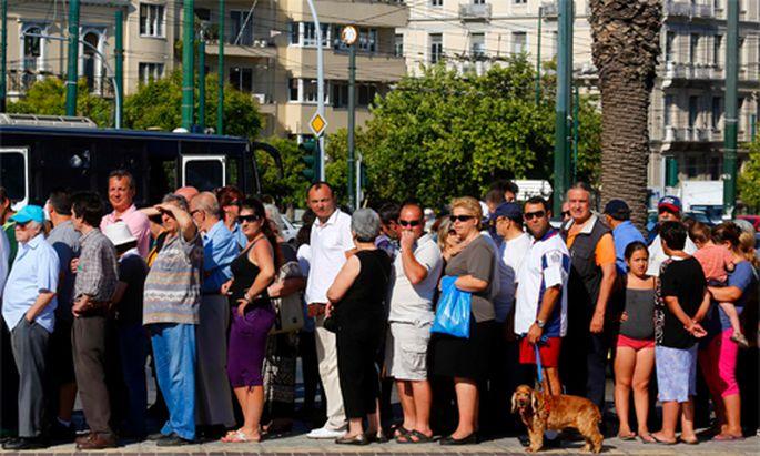 Griechische Bevoelkerung fluechtet Krise