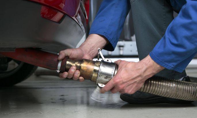 25 04 2005 Essen rdrhein Westfalen DEU Dieselpartikelfilter TUEV Zertifizierung Am Abgasprue