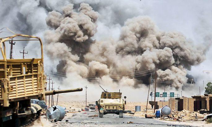 Das Rückzugsgefecht der Jihadisten. Rauch steigt nach den letzten Kämpfen rund um die ehemalige IS-Bastion Tal Afar im Nordirak auf.