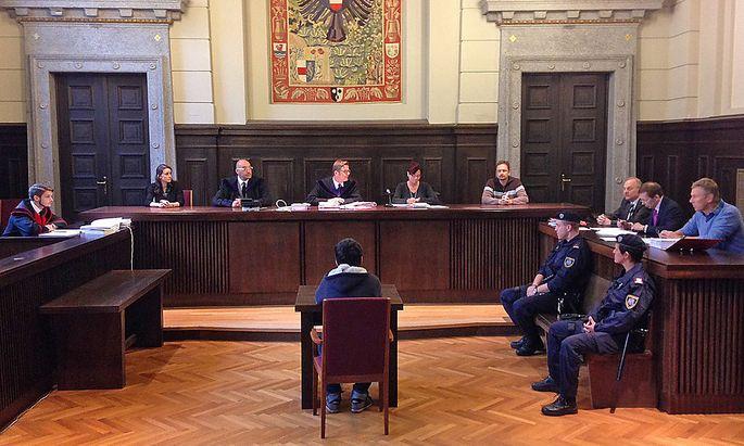 Der Angeklagte am Dienstag vor Beginn des Prozesses