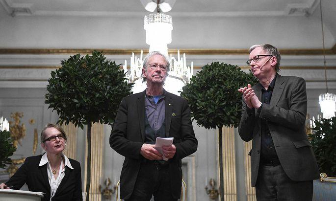 Peter Handke am Freitagvormittag bei der Pressekonferenz in Stockholm, die mit einem Geburtstagsständchen begann – und mit drastischen Worten des Autors endete.