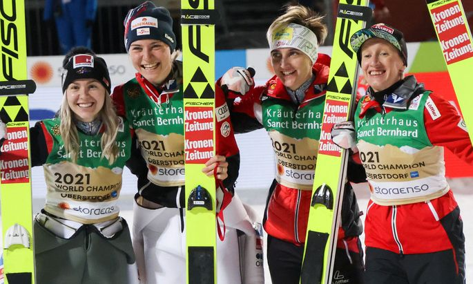 Chiara Hoelzl, Marita Kramer, Sophie Sorschag und Daniela Iraschko-Stolz
