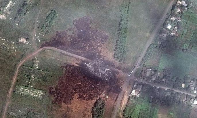 Die Boeing der Malaysian Airlines stürzte in ein Feld in der Ostukraine. Trümmerteile geben Hinweise auf einen möglichen Raketenabschuss eines Buk-Systems.