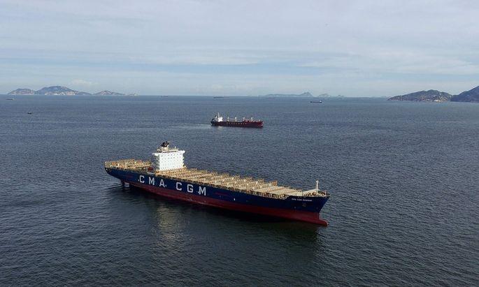 Im Juli waren die französische CMA CGM Rossini (vorne) und das Hongkonger Frachtschiff Darya Ganga (Hintergrund) wegen Covid-Infektionen unter Quarantäne gestellt worden. Hongkong hat darauhin jeglichen Crew-Wechsel in seinem Hoheitsgebiet untersagt.