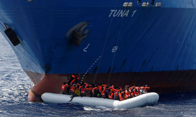 Migranten aus Libyen in einem Flüchtlingsboot.