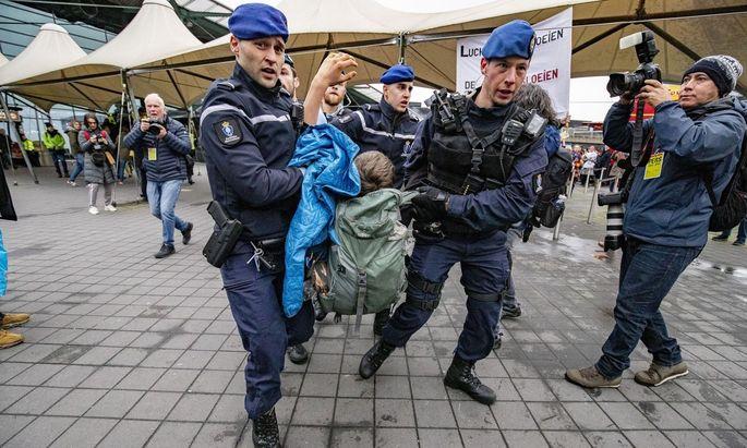 Die niederländische Grenzschutzpolizei hat am Samstag Dutzende Klimaaktivisten am Amsterdamer Flughafen Schiphol bei einer nicht genehmigten Demonstration vorläufig festgenommen.