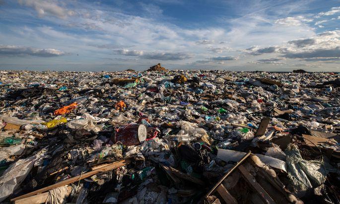 Die Müllberge im Moskauer Umland werden immer höher (im Bild: Deponie in Zarjowo). Eine Müllreform soll die Recyclingquote nun russlandweit anheben.