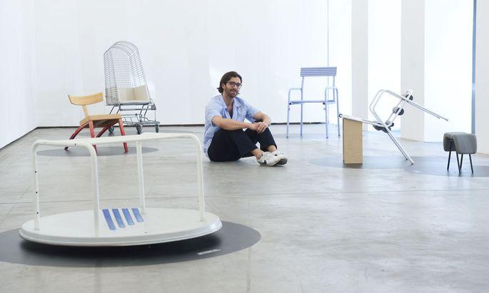 All die Sessel rund um Christoph Wimmer-Ruelland waren früher einmal etwas anderes – Bett etwa, Bügelbrett oder Satellitenschüssel.