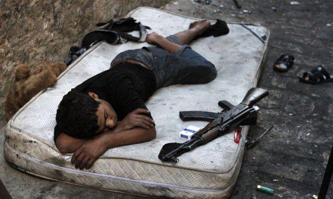 Ein Kämpfer rastet sich in der nordsyrischen Stadt Aleppo aus.