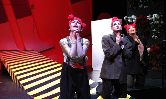 """Heiliger Modegott, bitte für uns! Jelineks """"Das Licht im Kasten"""", ein großartiges Ensemble erkundet skurrile und tödliche Seiten des Fashionwahns."""