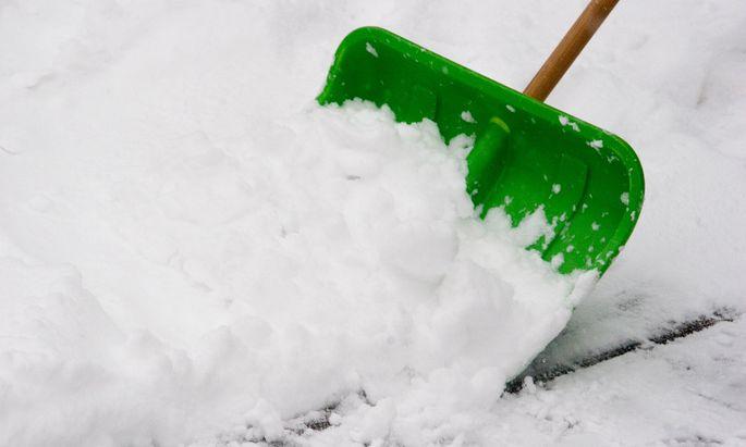 Schnee schaufeln statt Miete zahlen? Die Gerichte ließen das nicht gelten. - snow shovel