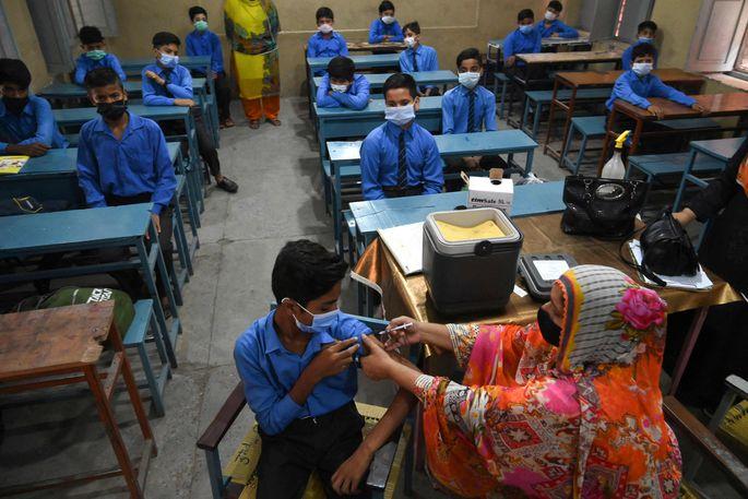 mRNA-Impfstoff könnte bald auch schon bei anderen Krankheiten eingesetzt werden, etwa gegen Malaria oder Aids. Im Bild eine Impfaktion in einer Schule in Pakistan.