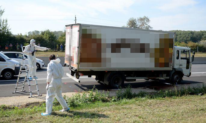 Archivbild: Ermittler untersuchen am 27. August 2015 den Kühllaster am Pannenstreifen der Ostautobahn