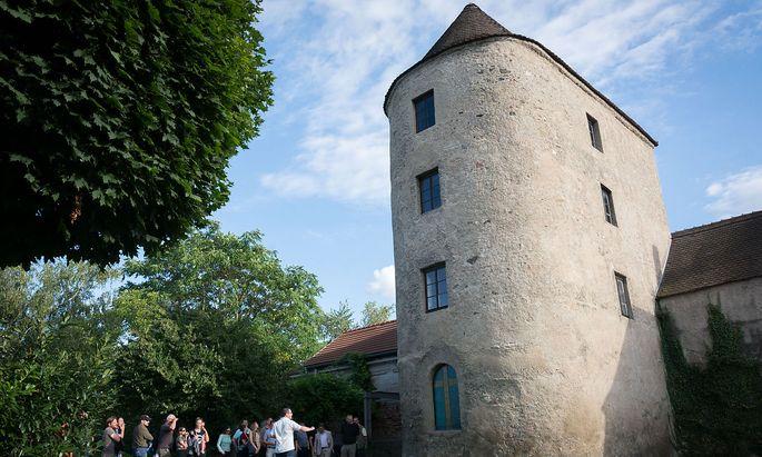 Touristen sollen für Zusammenhänge, also für die Donaulandschaft, für erhaltene bauliche Zeichen der römischen Grenzlinie (im Bild: Traismauer) und Römermuseen, begeistert werden.