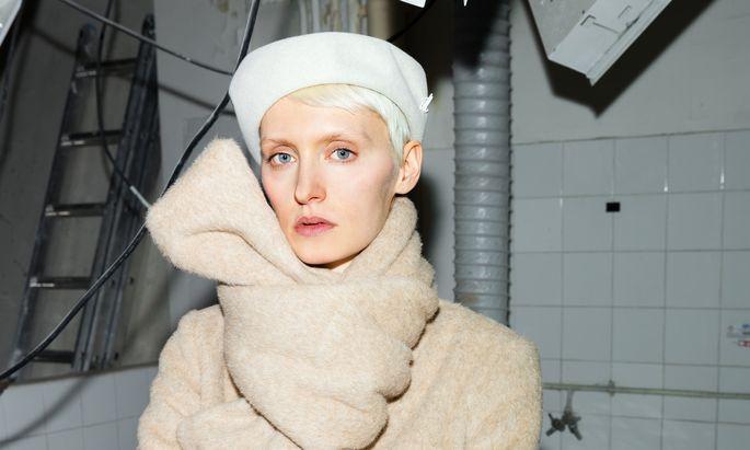 Verschlungen. Jana Wieland in einer eigenen Kreation, fotografiert im DACH-Showroom.