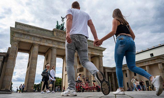 Touristen vor dem Brandenburger Tor.