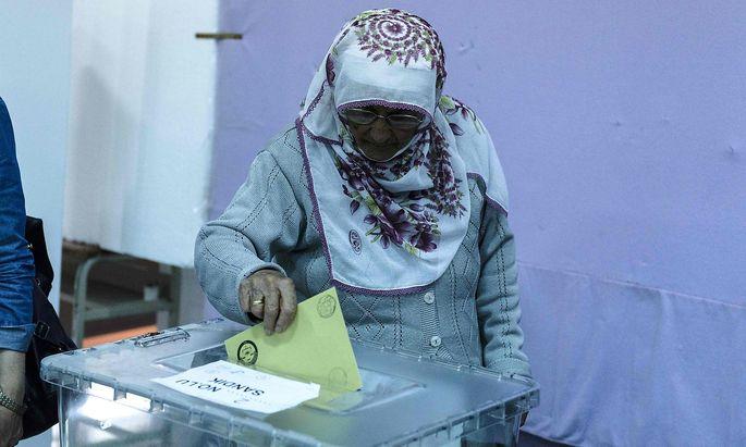 Stimmabgabe einer Türkin in Griechenland.