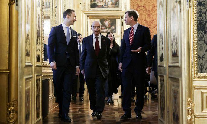 Ein Handout-Bild des Finanzministeriums: Wilbur Ross (Mitte) mit Finanzminister Blümel (links) und dem US-Botschafter in Wien, Trevor Traina.