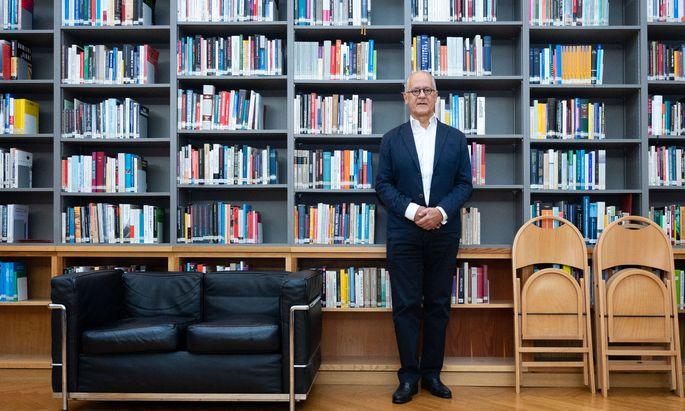 """""""Europa kann nicht so tun, als wäre es allein auf der Welt."""" Der Politologe Ivan Vejvoda in der Bibliothek des Wiener Instituts für die Wissenschaft vom Menschen (IWM), das er interimistisch leitet."""