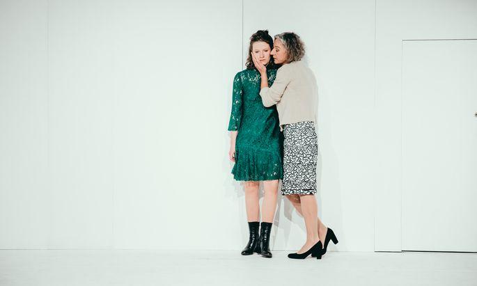 """""""Was ist dir, meine Tochter?"""" Marlene Hauser (l.) als Emilia, Martina Spitzer als ihre Mutter, Claudia."""