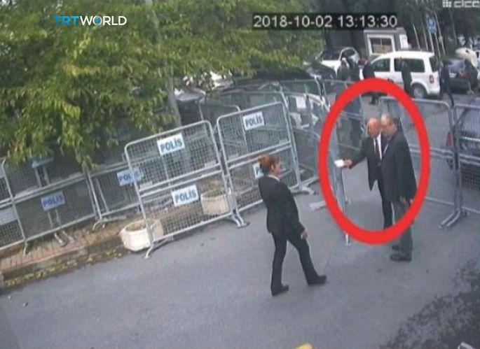 Überwachungskamera-Aufnahmen des echten Khashoggi, als er das Konsulat in Istanbul betritt.